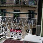 Balcón con mesita y sillas.