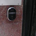 Lector llave mágnetica para apertura puerta de la calle.