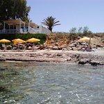 Снимаю пляж, сидя на каменной плите естественного происхождения