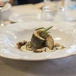 Filetto di branzino su purea di patate e cozze croccanti! Una delizia per palati raffinati.