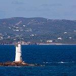 Zoomata sul faro di Mangiabarche, con sullo sfondo l'isola di S. Pietro.