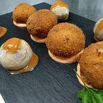 Croquetones de bacalao con crema de piquillo y queso. Menú semanal en París Olé