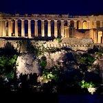 A Acrópole, majestosa. À noite, ainda mais bonita.