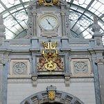 Dans la salle d'attente, l'horloge magnifiée par les armes royales
