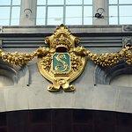 """Dans la salle d'attente, le """"L"""" du roi Léopold"""
