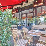 Pour un café, une orange pressée ou un cocktail, la terrasse vous accueille tous les jours 7h à