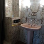 La salle de bain de la chambre blanche