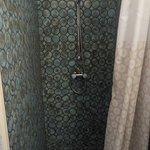 La salle de bain de la chambre grise