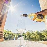 Weinglas auf Terrrasse