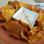 Chips de boniato con su salsita secreta. Nuestra propuesta más original y sabrosa