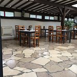 Salle intérieure ouverte sur la terrasse