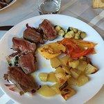 Tagliata con verdure grigliate, patate al forno e polenta
