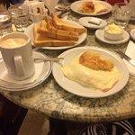 Café da manhã - medialunas com presunto e queijo cozidos, torradas, café expresso e mocha