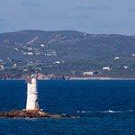 Faro di Mangiabarche; sullo sfondo l'isola di S.Pietro.