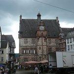 Historisches Rathaus mit Marktplatz.