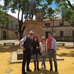 Andrés de Vandelvira detrás, en la plaza Vázquez de Molina