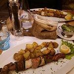 Spiedi di carne con patate al forno