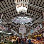 Vista de una de las calles del Mercado Central de Valencia