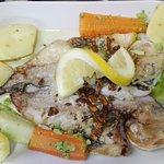 Dourada escalada c/ cenoura & bróculos cozidos ao vapor./ Grilled golden fish w/ carrots at stea