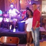 Mini palco com show ao vivo da banda Curtindo Samba