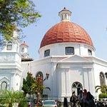 Fasad Samping Gereja yang bersebrangan dengan Taman Srigunting