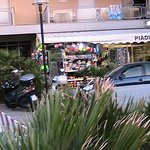 Один из магазинчиков курортных товаров в Римини