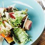Листовой салат с тунцом, обжаренным на гриле, и сыром Пармезан