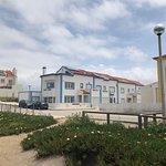 La surf house vista dalla spiaggia
