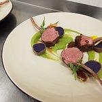 Gicz jagnięca, ziemniak truflowy, groszek zielony, demi glace