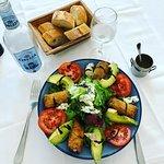 Salade Deuz au poulet pané, bleu d'Auvergne, tomates et avocat