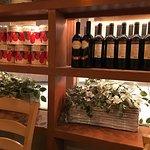 並ぶワインとトマト缶