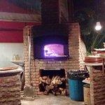 A pizza sai fumegando para a mesa.