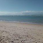 A praia é assim o tempo todo, vazia, tranquila.