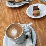 Café con leche y macaroons