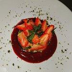 Sablé breton fraises crème mascarpone caramel pistaches zestes d'oranges et menthe ciselée. Une
