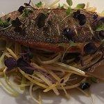 filetto d'orata, insalata giapponese e brodo dashi