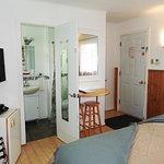 Équipement de la chambre: petit frigo, cafetière, table murale avec 2 bancs, télé écran plat