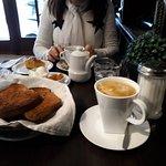Muy buen desayuno con Tostadas y Medias Lunas