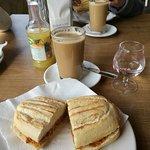 Desayuno de café con pitufo de lomo en manteca