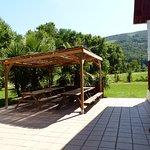 Terrasse avec tables pour manger