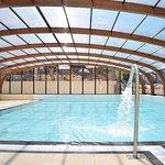 La piscine couverte chauffée avec coin balneo et jacuzzi pour une détente maximal