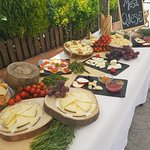 Mesa de quesos . Aperitivo en la calle