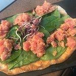 Pinsa con tartare di salmone e spinacio fresco