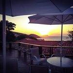 Nossa piscina com vista para a deslumbrante Praia de João Fernandes e pôr do sol