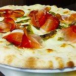 Pizza bianca con friggitelli e speck