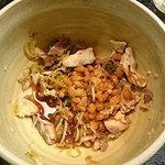 ひっぱりうどん。ゆでたうどんを魚フレーク、納豆やネギなどのつけダレの中に「ひっぱりこんで」混ぜていただく。