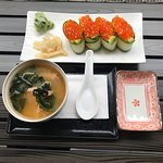 Leckerer Sushi lunch mit Miso-Sake Suppe