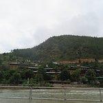 สถานที่สำคัญต่างๆ รวมถึงบ้านเรือนมักจะสร้างอยู่ริมแม่น้ำลำคลอง ครับ