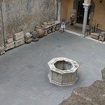 Pozzo situato all'interno del cortile del museo