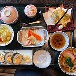 ランチセット:天ぷら、海苔巻,うどん、蟹など